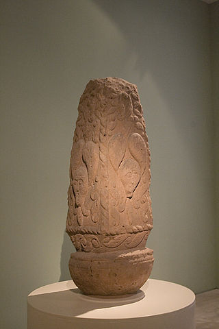 Iron Age quadrangular pillar from Pfalzfeld, Germany. The faces are crowned with mistletoe leaves. By w:de:Sozi, Sozi (photographed by myself, V2/4) [Public domain], via Wikimedia Commons