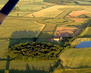 Three Thornborough Henges seen from the air. By Tony Newbould [CC-BY-SA-2.0 (http://creativecommons.org/licenses/by-sa/2.0)], via Wikimedia Commons